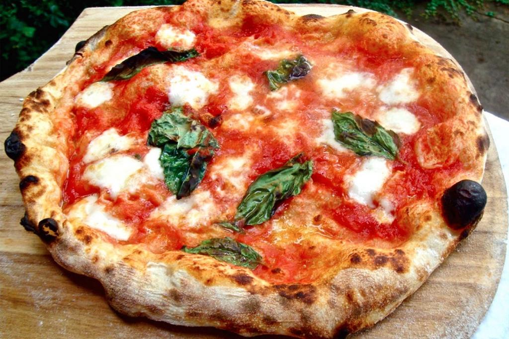 Foto di una bella pizza margherita