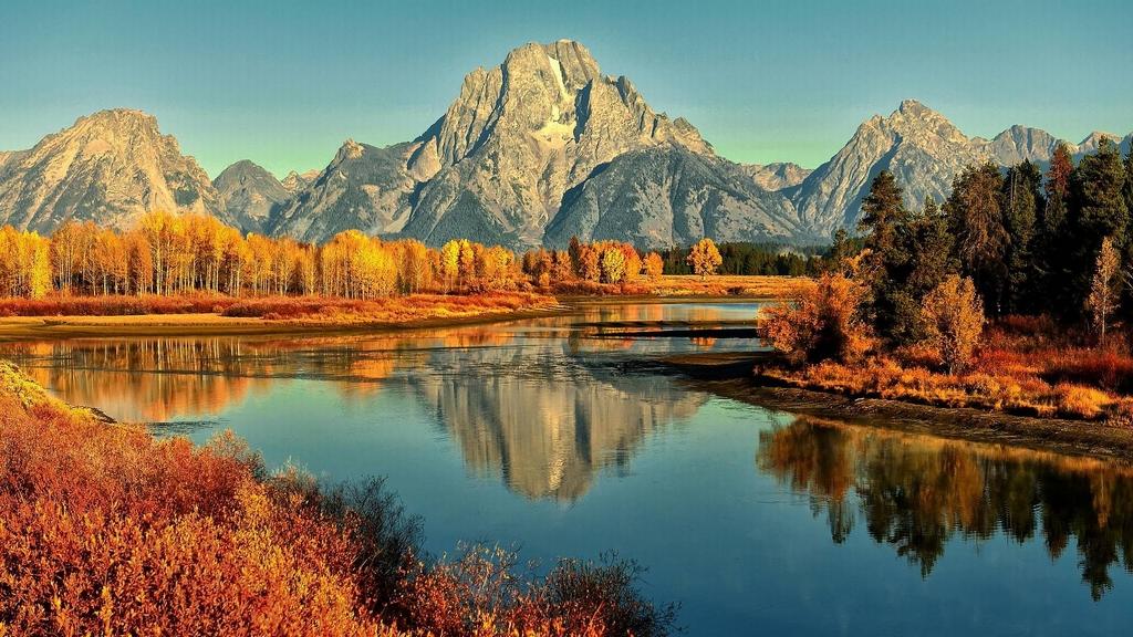 Panorama di un lago con le montagne sullo sfondo